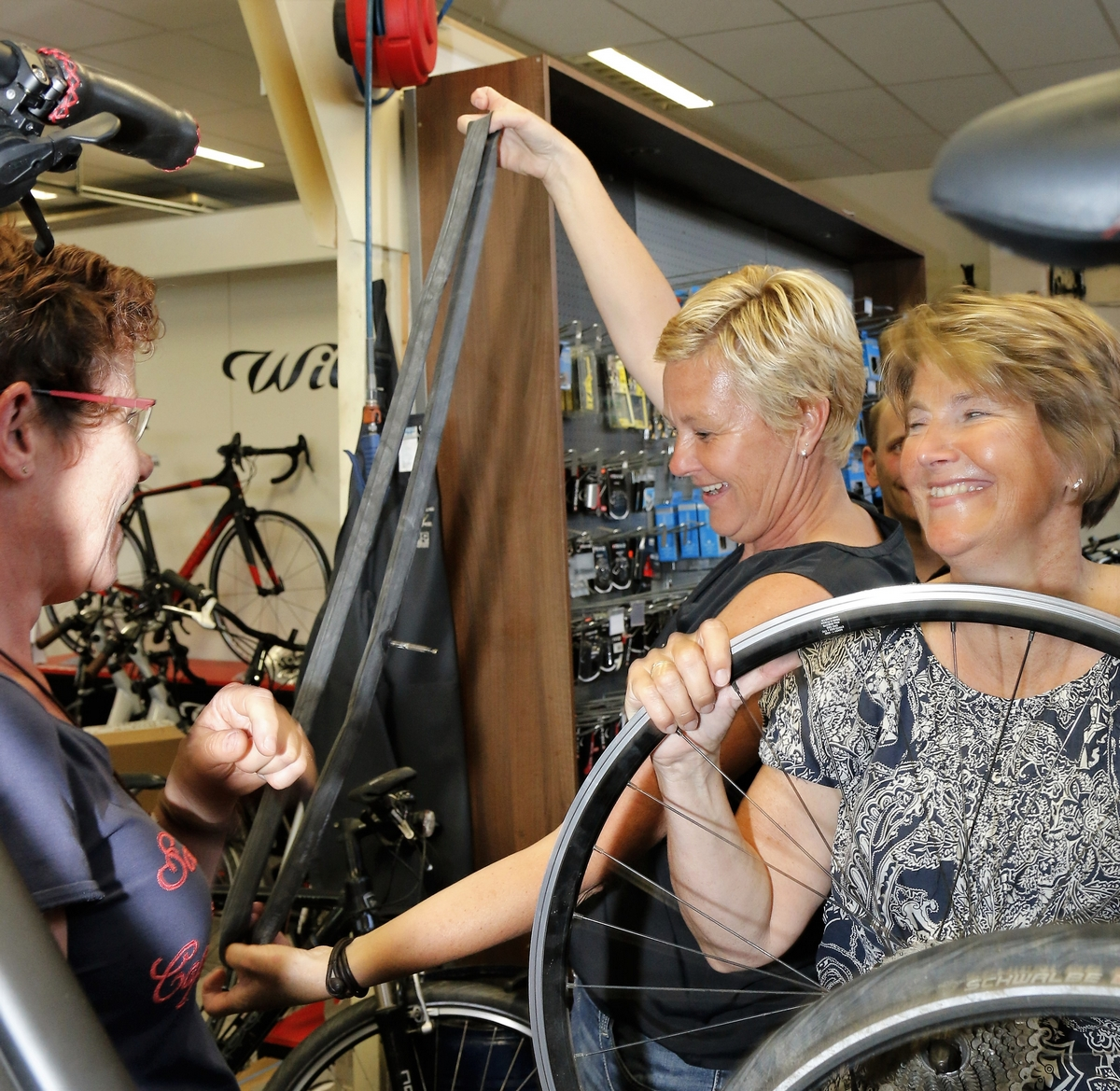Oudewater_Ladies-ride_Workschop Bandenplakken 11-5-2016 056